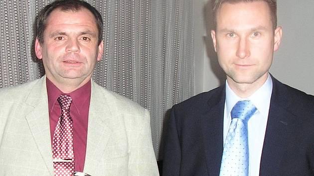 Rozhodčí Kudrna (vlevo) s Příhodou jsou zárukou kvalitního řízení zápasů futsalistek.