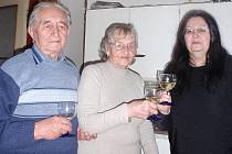 S Olgou Mauleovou si k jejím narozeninám slavnostně připili  manžel i předsedkyně ČsOL v Kladně Eva Armeanová.