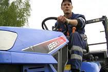 Ludvík Eisenhammer z MPS Kladno vyráží s traktůrkem na sekání trávy téměř denně.
