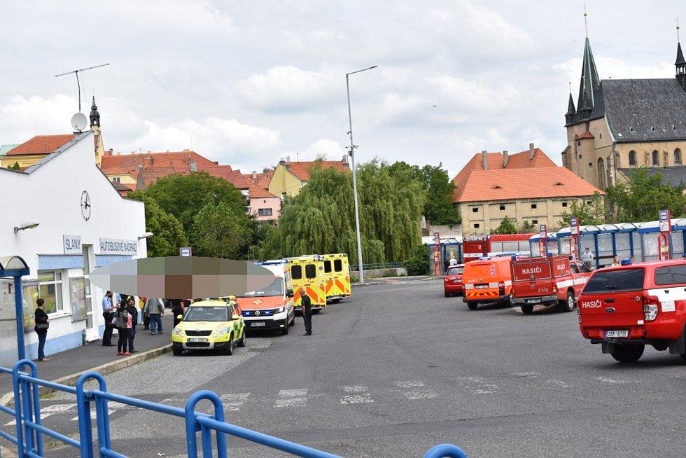 Autobus ve Slaném smetl zastávku, jeden chlapec zemřel.
