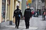 Strážníci zatím výrazné incidenty s lidmi bez roušek řešit nemuseli, respekt má většina obyvatel.