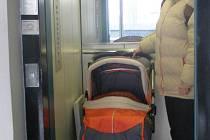 Finanční úřad je otevřen všem. Bezbariérový přístup i velký výtah umožňují bezproblémový vstup nejen maminkám s kočárky, ale také lidem na vozíku.