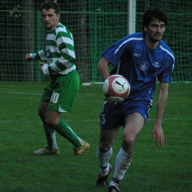 Radek Duda (v modrém) i Otakar Mačura - oba džentlmeni a Páni fotbalisti, budou i na jaře patřit k oporám Velké Dobré a Lhoty.
