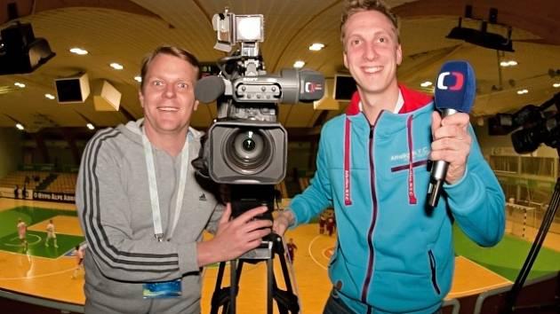 Na  snímku  kameraman Pavel Křížek (vlevo) a nadějný komentátor Jiří Štěpán ve slovinské hale Tri Lilije v Lašku.