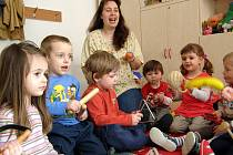 Při Dopoledních bez maminek si děti předškolního věku trénují, jak to chodí v mateřských školách.