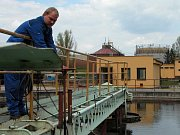 Petr Kiekowski (zcela vpravo) a Vavřinec Fójcik přihlížejí zaměřování nové kanalizace, na kterou se však některé domy nemohou napojit.