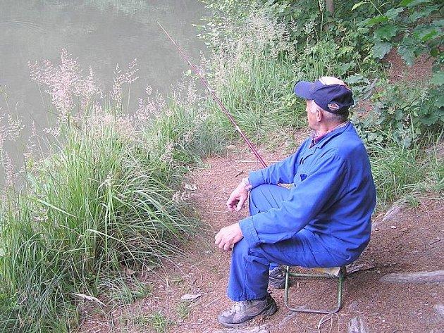 KAŽDÝ RYBÁŘ SI NAJDE na rybaření věc, kvůli které už nemůže s lovem přestat. Podle F. Kořínka jsou ryby stále chytřejší, a proto méně berou i na moderní návnady. Největším úlovkem F. Kořínka je 92 cm dlouhý candát vytažený ze Slapské přehrady.