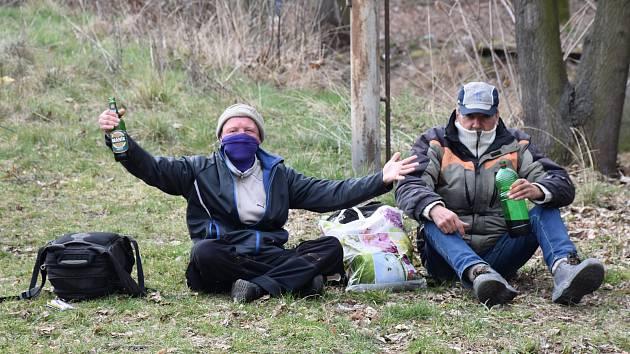 Koronavirus mezi bezdomovci, některá města je nastěhují do mobilních buněk.