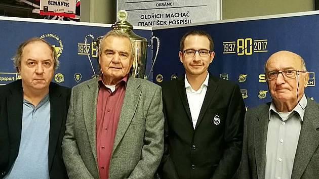 Bývalých kladenských legend se v Praze na slavnostním uvedení oslav 80. výroční založení nejvyšší soutěže sešlo několik. Tady jsou zleva Milan Nový, Jindřich Karas, mluvčí Rytířů Vít Heral a Josef Wimmer.