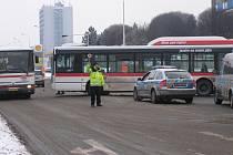 Autobus zablokoval ulici Cyrila Boudy.