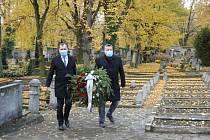 Starosta Slaného Martin Hrabánek (vlevo) a místostarosta Radek Vondráček, položili věnce na hrob hrdinů.