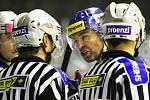 Jágr po skončení diskutuje s rozhodčími, v samém závěru byl totiž opět velmi sporně vyloučen //  Rytíři Kladno – HC ČSOB Pojišťovna Pardubice 5:4, hráno 19. 12. 2012
