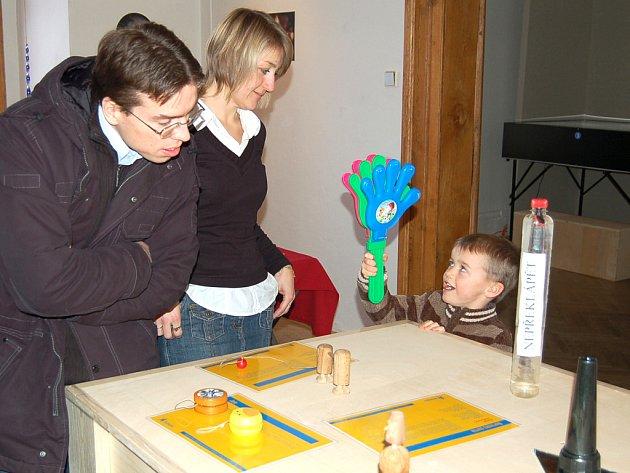 NA SVÉ si přišli i  členové rodiny Švajnertových ze Smečna.  Nejrůznějšímhlavolamůmaskládačkámneodolalianirodiče.