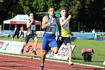 Jan Jirka a Matěj Krsek (ve žlutém) sprintují v kladenském závodě do cíle. Nakonec oba zdolali Pavla Masláka.