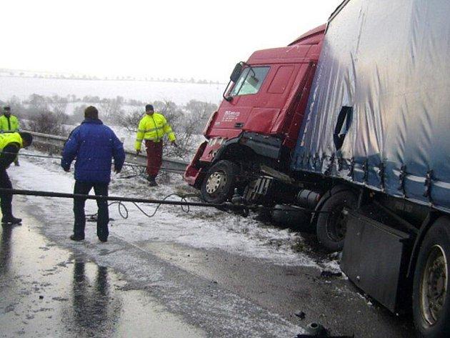 Ranní nehoda, čtvrtek 20. ledna 2011, silnice I/7 Slaný - Praha