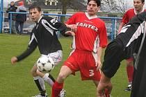Robert Hlavatý (v červeném) sehrál na levé straně obrany výtečný zápas.