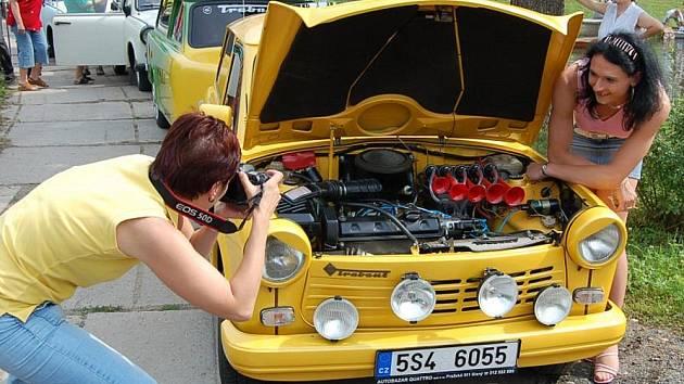Nepřehlédnutelný žlutý trabant Petry Šeflů v Žižicích lákal k nahlédnutí řadu zvědavců.