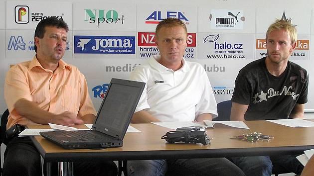 EDUARD NOVÁK (vlevo) má spoustu starostí, Vedle něj jeden z trenérů Stanislav Hejkal a kapitán týmu Ondřej Szabo.