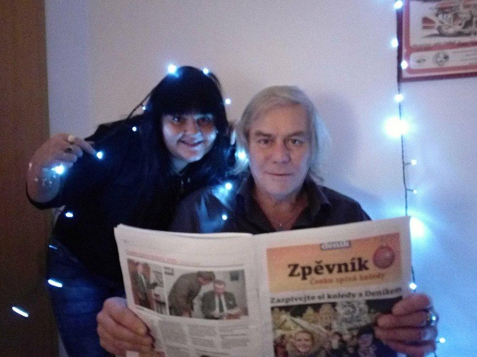 Česko zpívalo koledy už podesáté, poprvé z obýváků.