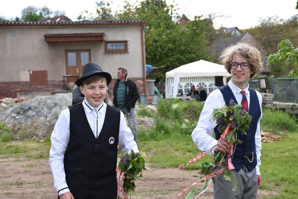 V obci Líský stavěli Máj.