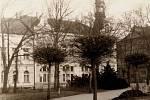 Park na Gottwaldově náměstí (dnes Svobody), v pozadí je Dělnický dům.