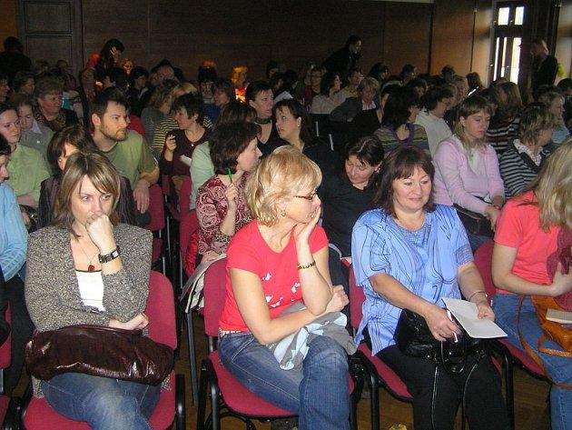 Přednáška Ludmily Pekařové ve slánském Grandu byla skutečně velice poučná. Sál byl zcela zaplněn.