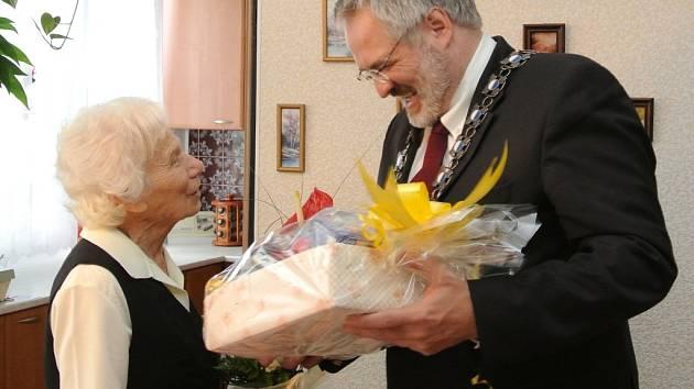 KE STÝM NAROZENINÁM předal Štěpánce Bielikové kytici a dar primátor města Kladna Dan Jiránek.