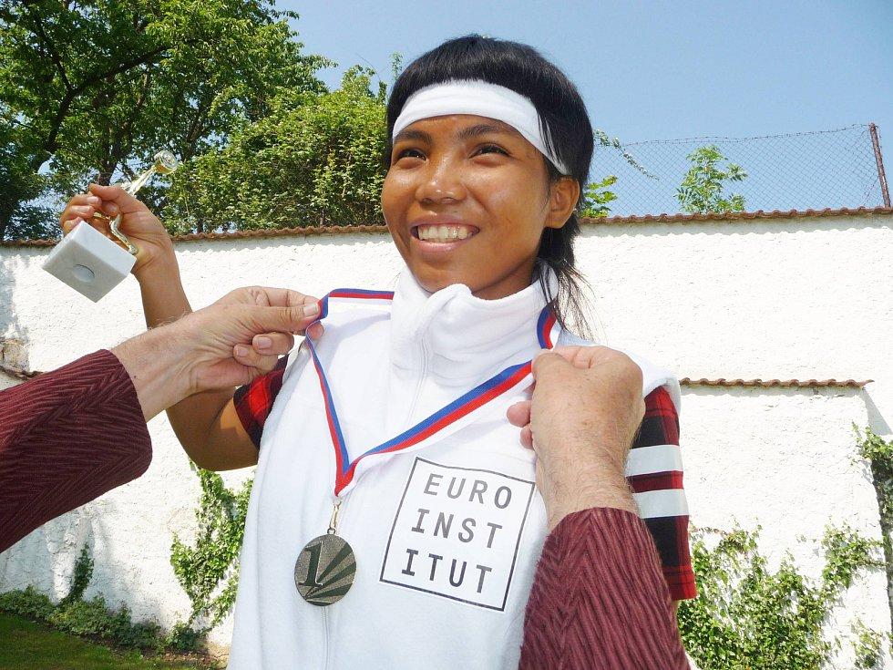 Vítězná studentka Euroinstitutu Exseil Royo a její pohár.