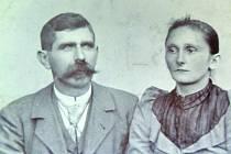FRANTIŠEK BENES s manželkou Annou. První hrobník v Hnidousích.