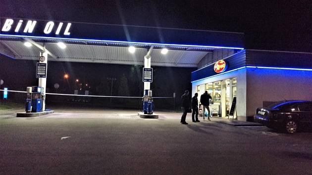 Jeden muž pobodal druhého ve středu večer na čerpací stanici v Kladně