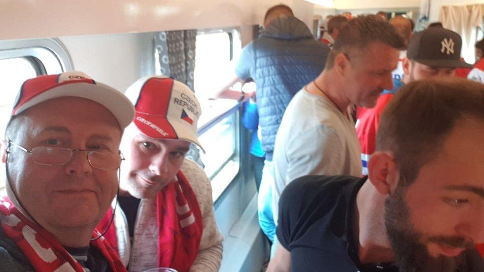 Vyrazili jsme na hokej. Nádherná atmosféra jak ve vlaku, tak po celý den, včetně zápasu.