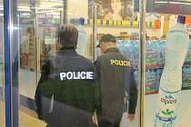 Evakuace tří obchodních domů v Ouvalově ulici u kruhového objezdu ve Slaném trvala řadu hodin. Pomáhali policisté, psovodi strážníci i kriminalisté.