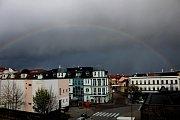 Hororové počasí v Kladně vystřídala nádherná duha.