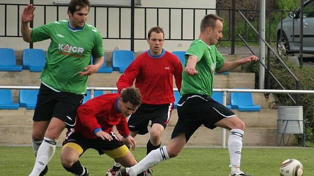 Vraný - Nová Ves 0:0, o míč bojuje Maliňák, v pozadí autor hattricku do sítě Loděnice Matoušek