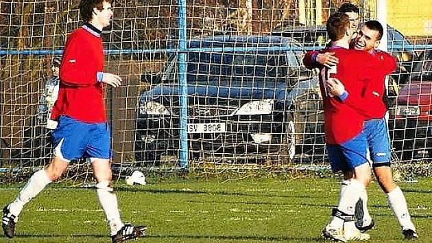 Obránce Kalla slaví svůj parádní gól.
