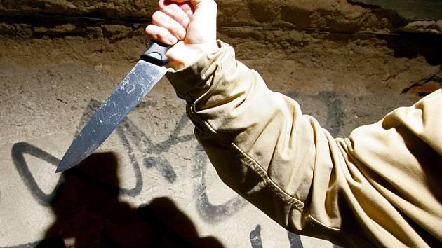 Jeden z násilníků byl vyzbrojen nožem a baseballovou pálkou.