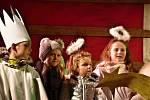 Česko zpívalo koledy tradičně i před školou ve Slaném.