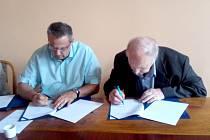 Primátor Kladna Milan Volf (vlevo) podepsal se zástupcem majitele Rytířů Jaromírem Jágrem st. dotační smlouvu na pět milionů korun.