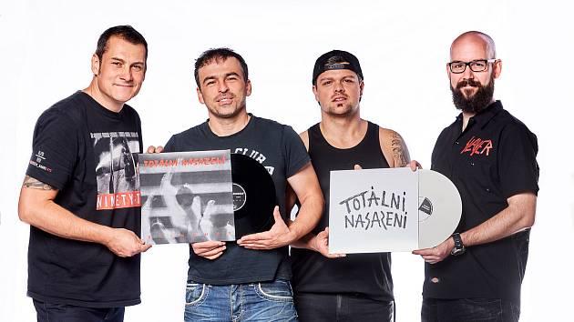 Punk-rocková legenda ze Slaného, skupina Totální nasazení, patřící mezi nejúspěšnější kapely svého žánru, hraje už víc jak čtvrtstoletí.