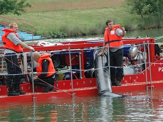 Unikátního pomocníka v podobě mobilní čerpací stanice MČS 20 -1500 získali hasiči v Mladé Boleslavi. Za sekundu dokáže přečerpat až 2000 litrů i silně znečištěné vody.
