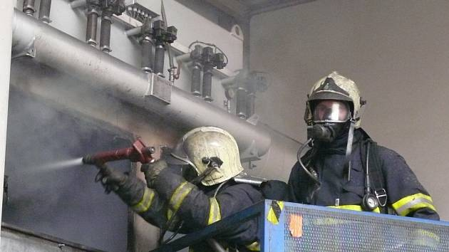 Požár odsavače prachu uvnitř výrobní haly Linetu v Želevčicích u Slaného.