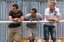 Tuchlovice (ve žlutém) porazily doma Lhotu 2:1. Tady je trio exkladenských talentů Holub, Chalupa a Veselý.