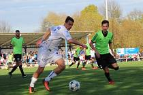 Velvary (v zeleném) přehrály doma Kladno 2:0. Vlevo Dominik Šíma.