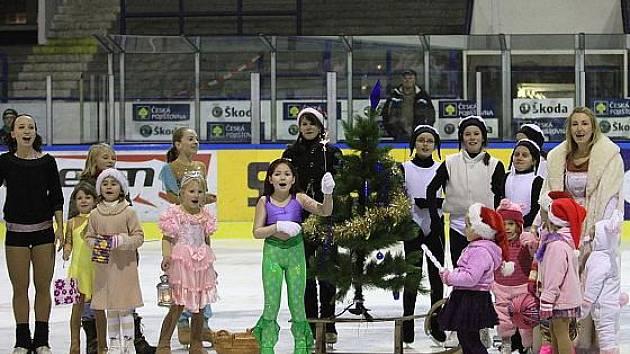 Vánoce na ledě, přesněji na kladenském. Zábavné předvánoční odpoledne připravil pro veřejnost, zejména dětskou, oddíl PZ Kraso.