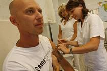Vakcíny proti tetanu by k lékařům měly dorazit nejpozději do třech týdnů.