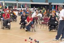 Boccia je obdoba francouzského pétanque pro těžce hendikepované vozíčkáře. Cílem je zahrát co nejvíce míčů své barvy k bílému míči. Kladeňák Radek Procházka je na snímku uprostřed v červeném reprezentačním dresu.