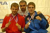 V Olomouci se kladenské výpravě mimořádně dařilo. Jan Homolka (vlevo) i Tomáš Möstl (vpravo) se stali světovými šampiony ISKA, zásluhu na tom má i kouč Tomáš Kučera.