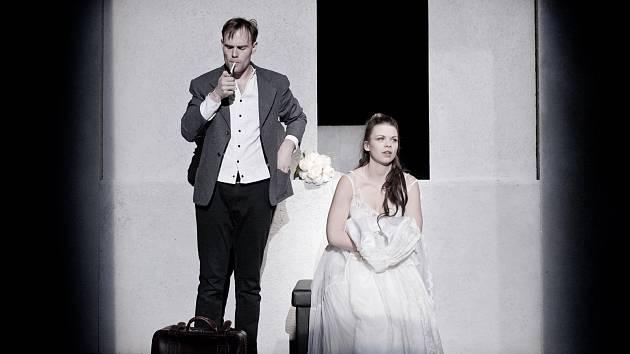 Snímky ze zkoušek Absolventa na prknech kladenského divadla.