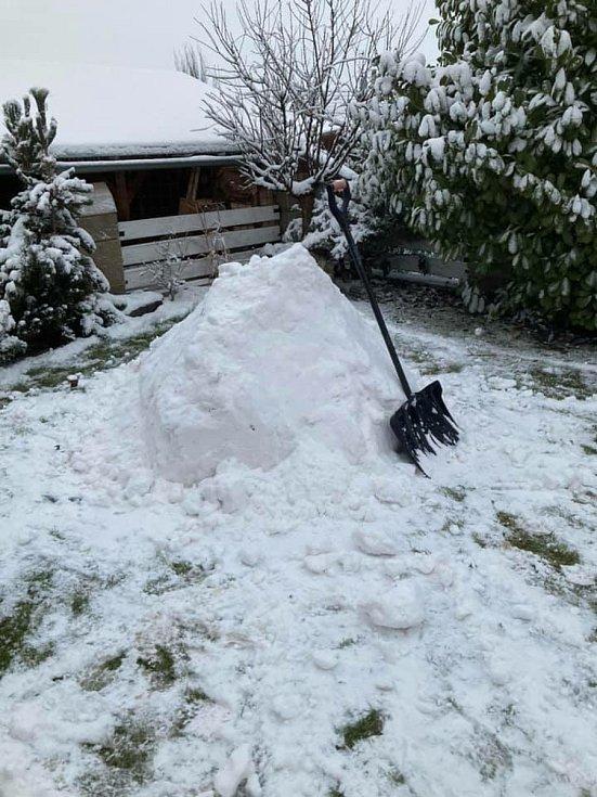Táta se synem si na zahradě postavili automobilového veterána.