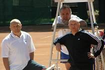Tenisový turnaj osobností Kaprega Cup. Tohle trio třeba bude brzy rozhodovat o českém fotbalu - zleva kouč Hřebí, kritik Vízek a možný předseda ČMFS Hašek